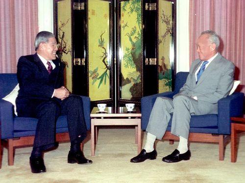 総統在任中の1989年3月にシンガポールを訪問し、リー・クアンユー氏(右)と会談する李登輝氏