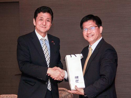 岸信夫衆議院議員と握手を交わす林佳龍台中市長(右)=台中市政府提供