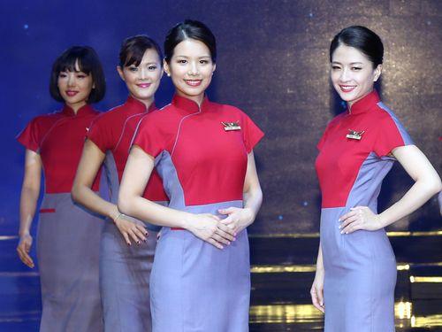 チャイナエアラインが新制服を発表  「マジンガーZ似」の声も/台湾