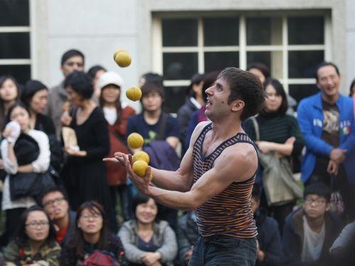 台湾、外国人ボランティアや大道芸人らの労働許可申請を免除へ