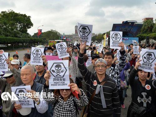 食品の安全求め市民がデモ  内閣が対応を約束/台湾