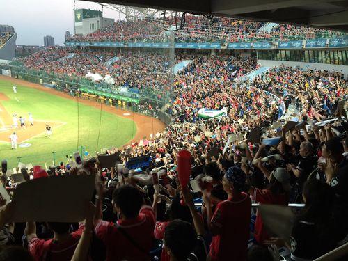 台湾シリーズの熱戦に沸く桃園球場=2015年10月撮影