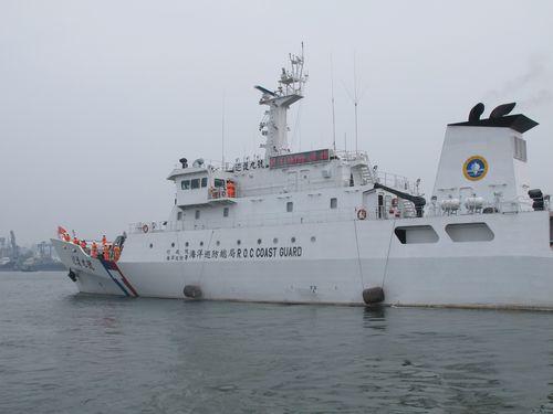 漁船保護のため沖ノ鳥沖に向けて出港した巡視船「巡護九号」(1000トン級)=南部・高雄で5月1日撮影