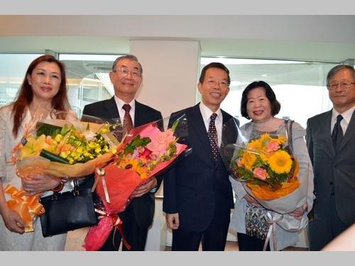 羽田空港で交流協会の今井正理事長(右1)らの歓迎を受ける謝長廷駐日代表(右3)