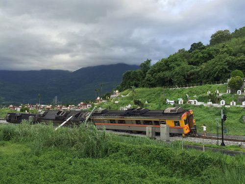 特急列車が脱線・横転  中国大陸籍の女性2人けが/台湾