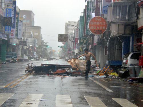 台湾直撃の台風1号、3人死亡  負傷者142人  50万戸以上が停電