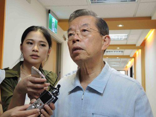 謝長廷駐日代表(右)