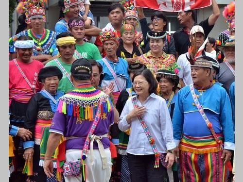 台東の先住民集落を訪れる蔡英文総統(前列右2)