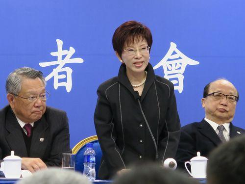 1日、習近平氏との会談後、北京市内のホテルで記者会見する洪秀柱氏(中央)