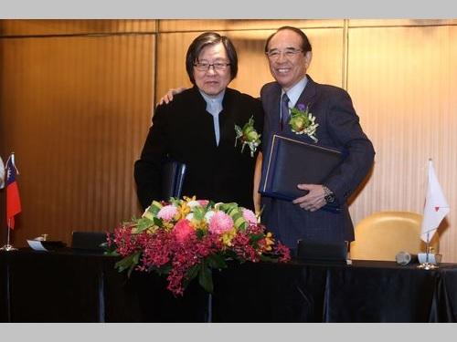 左から亜東関係協会の邱義仁会長、交流協会の大橋光夫会長