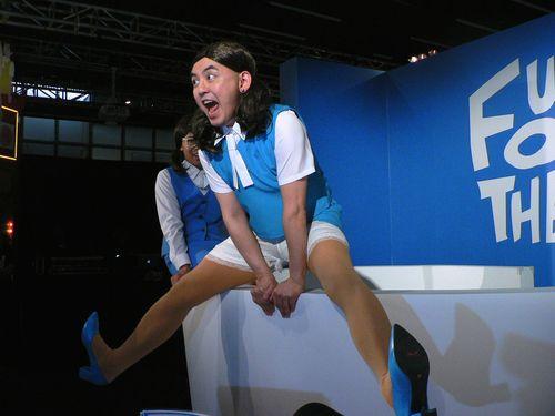 台北で「コップのフチ子展」  台湾人タレントがミニスカコスプレでPR