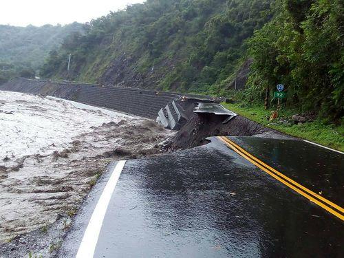 豪雨災害で寸断される高雄市の道路=公路総局提供