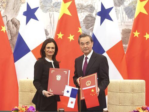 左からパナマのサインマロ外相、中国大陸の王毅外相=中新社提供