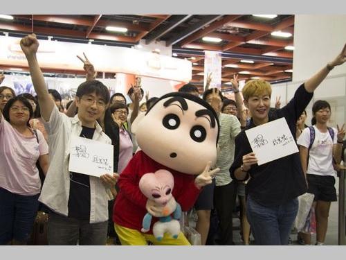 橋本昌和さん(手前左)と蒋篤慧さん(同右)