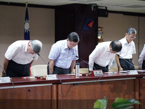 台湾電力の幹部らとともに国民に謝罪する李世光経済部長(左から2人目)