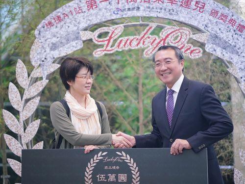 桃園メトロ空港線1000万人目の利用者となった日本人女性(左)と同社の劉坤億董事長
