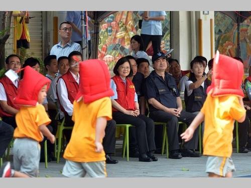 小学校の避難訓練を視察する蔡英文総統(眼鏡の女性)