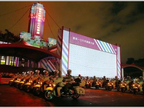 5日深夜、総統府前でリハーサルを行う憲兵の白バイ隊