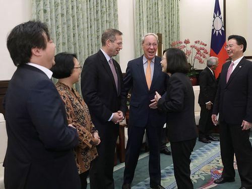 「玉山論壇」の登壇者らと歓談する蔡英文総統(手前右から2人目)=総統府サイトより