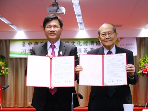 協力覚書を交わす(左から)台中市の林佳龍市長、台日文化経済協会の黄天麟会長=台中市政府提供