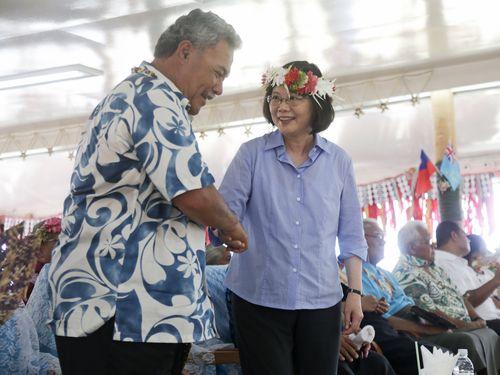 ツバルのソポアンガ首相(手前左)と握手を交わす蔡英文総統(同右)
