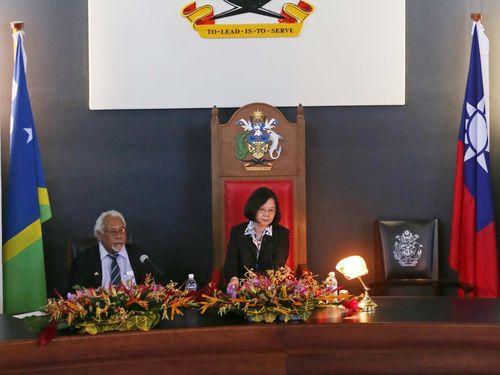 ソロモン諸島の国会で演説する蔡英文総統(右)