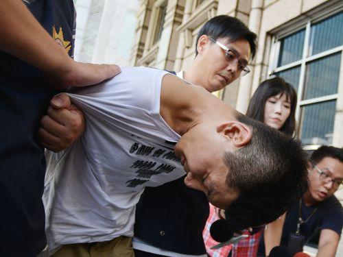 逮捕され刑事警察局に移送される韓国籍の男=資料写真