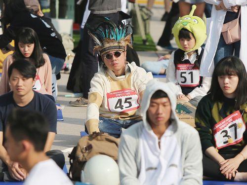 参加者が一斉に「ぼうっと」  韓国発の大会、台湾で初開催