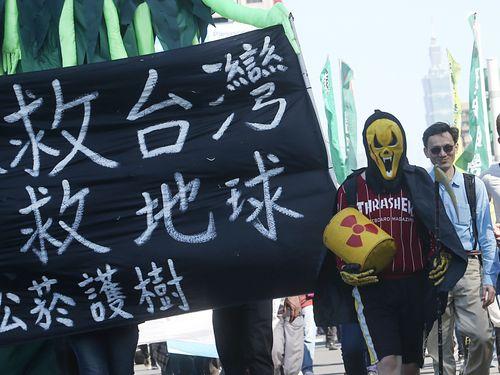 台北市内で開催された原発反対デモ