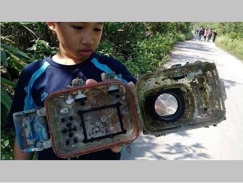 岳明小の児童が見つけたデジタルカメラの防水ケース=李公元さんのフェイスブックより