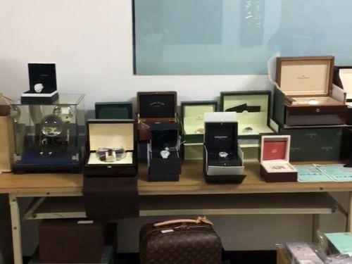 中沢容疑者から差し押さえた高級腕時計など=刑事警察局提供