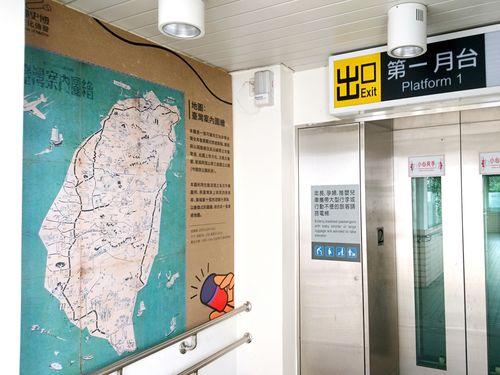 南部・台南市の永康駅構内に展示されている「台湾案内図絵」(1942年作成)=国立台湾歴史博物館提供