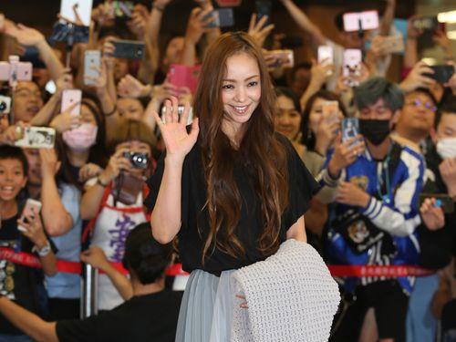 安室奈美恵、台湾を訪問  空港にファン500人  大歓声で迎えられる