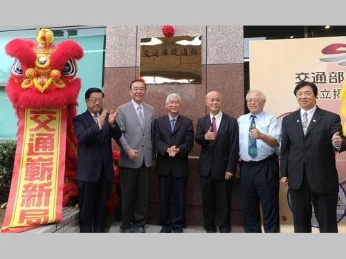 「鉄道局」看板除幕式に出席する賀陳旦交通部長(左から3人目)