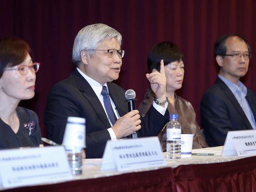 工場のウイルス感染について説明するTSMCの魏哲家総裁(左から2人目)