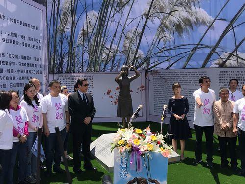 国民党台南支部の敷地内で行われる慰安婦像除幕式の様子=8月14日撮影