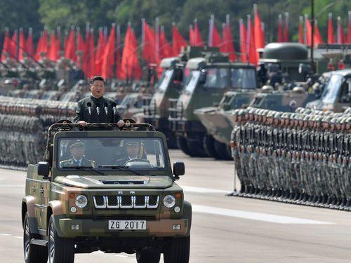 オープンカーに乗って人民解放軍の香港駐留部隊を閲兵する習近平氏=2017年6月30日撮影