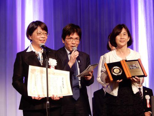 日本鉄道賞の表彰式に臨む阿里山林業鉄路・文化資産管理処の黄妙修処長(左)