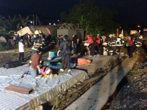 列車の脱線で怪我した乗客ら