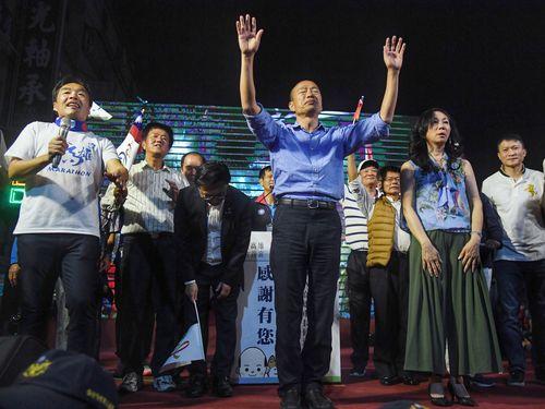 泡沫候補扱いされたが、当選確実となって感無量の表情を見せる韓国瑜氏(青いシャツの男性)
