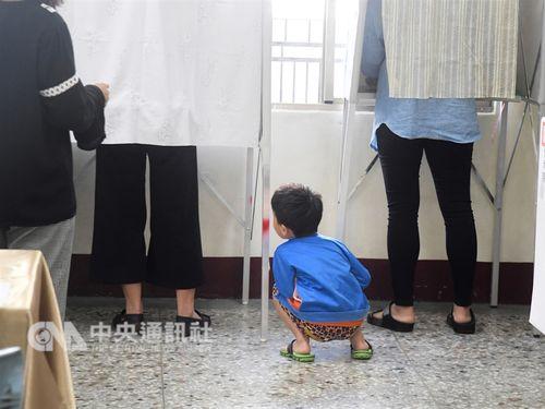 大人の投票を見学(?)する子ども