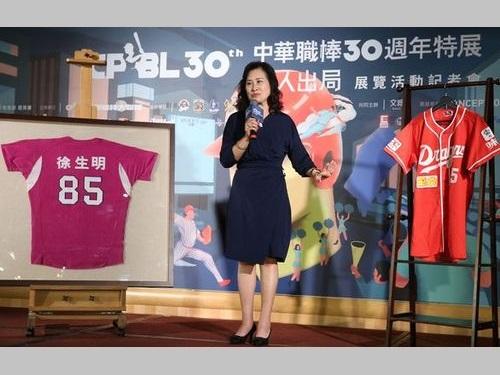 徐生明さんの妻、謝栄瑤さん。左は徐さんが最後に身に着けていた義大ライノズのユニホームで、右は1999年の味全ドラゴンズ3連覇達成時にシャンパンを浴びたユニホーム