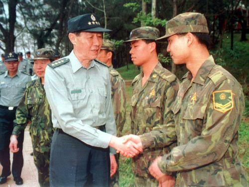台湾と中国の間で緊張が高まった1997年4月、最前線の金門を訪れ、兵士らを激励する羅本立参謀総長(手前左)