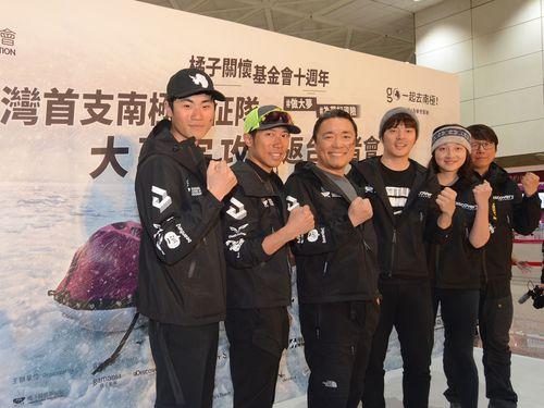 クロスカントリースキーによる南極点到達に成功した(左から2人目)陳彦博さん、アルバート・リュウさん、ヨウションさんら
