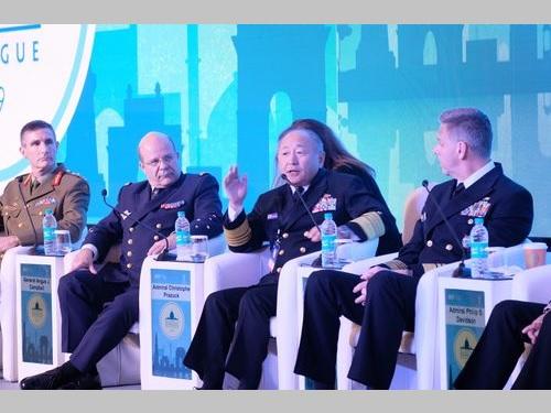 インド政府開催の国際会議「ライシナ対話」に出席する河野克俊統合幕僚長(左から3人目)