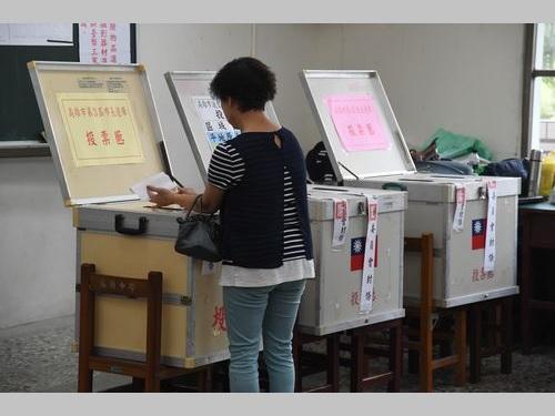 昨年11月の統一地方選で投票する女性