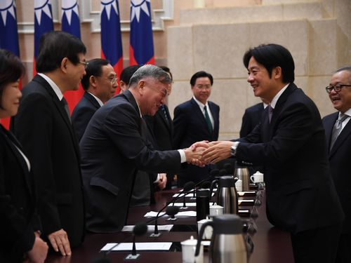 閣僚らと握手をする頼清徳行政院長(手前右)=同院提供