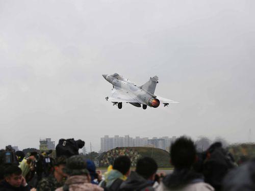 報道陣の前で緊急発進するミラージュ2000戦闘機