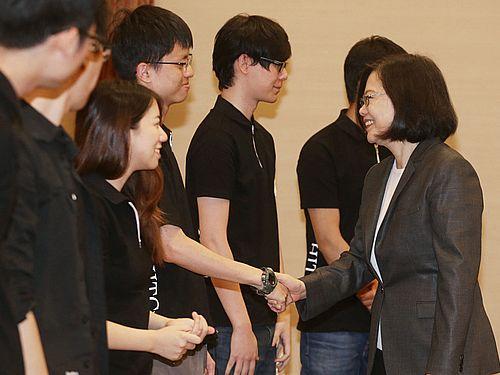 世界最高峰のハッキングコンテスト「DEF CON CTF」に参加した台湾チームのメンバーらと会見する蔡英文総統(手前右)=2017年9月撮影