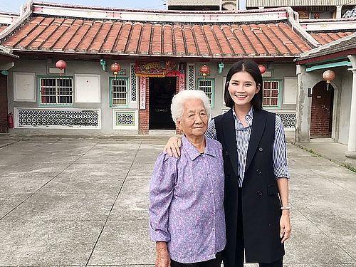 テレサ・テンの生家。左の女性は当時テレサ一家に家を貸した章張素霞さん=雲林県文化処提供